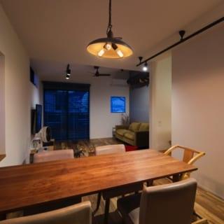 テーブルと同じ高さに揃えた、2階キッチン近くの出窓。リビングに集まった人たちが多くなったとき、出窓もテーブルの延長線上として使えるスペースとなる