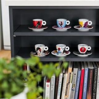 お客様用のコーヒーカップや、デザイン関連の洋書などをおしゃれにディスプレイ