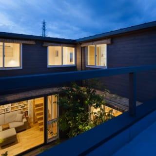 2階のルーフバルコニーから見た住まい。コートハウスだから、夜間でも特に1階部分はカーテンやブラインドを使わなくても、あまり気にならない。