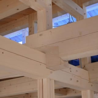 伝統的な木組み(大工が木を組み合わせる伝統的な)工法/一本一本手で加工し、大工が手組みする伝統的な「木組み工法」。デザイン性が高く、耐震性にも優れている 参考:構造材には全て檜を使用しています。