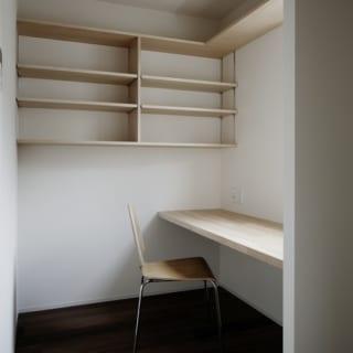 2階 家事室/キッチンの横にはパントリーとしても奥さまのワークスペースとしても使える多目的な家事室がある。パソコンなどを置ける造り付けのカウンターのほか収納棚もあり、使い勝手がいい