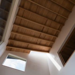 1階リビング天井/写真左と中央の窓、南と西からの2面採光で、夕方まで陽の光が感じられるリビング。さらに、天井の一部はトップライトに。さりげない工夫だが、日中いつでも程よい日差しが差し込むポイントになっている