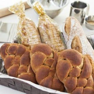 テーブルには焼き立てのパンが。「パン教室のレシピをあれこれ考えるのが楽しい」と奥様