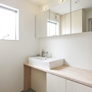 バスルームの前にある洗面所&脱衣スペース。こちらにも窓から明るい光が入る