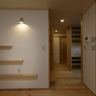 1階 リビング飾り棚/すべての段が同じ長さではないことがデザイン的な面白みを増すが、本当はもちろん愛猫のため
