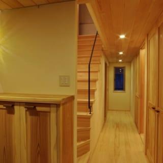広い廊下は、車いすでも楽に通れる。玄関に灯る照明は、フランク・ロイド・ライトの作品だという