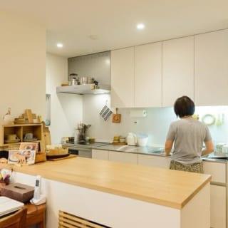 S邸1階のキッチン。このキッチンは既製品だ。母、姉、妹が、それぞれ違ったタイプのキッチンを選んでいるのが興味深い
