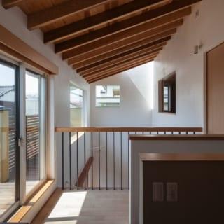 2階廊下/写真左のサッシからベランダに出られる。吹き抜け部分の窓の外にもデッキが配され、窓拭きや掃除がしやすい造りに