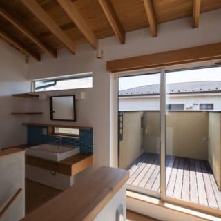 2階洗面所、ベランダ/Yさんご夫妻のプライベート空間である2階にもトイレと洗面台を設置。寝室や書斎から、自然な動線で水回りに向かえるようになっている