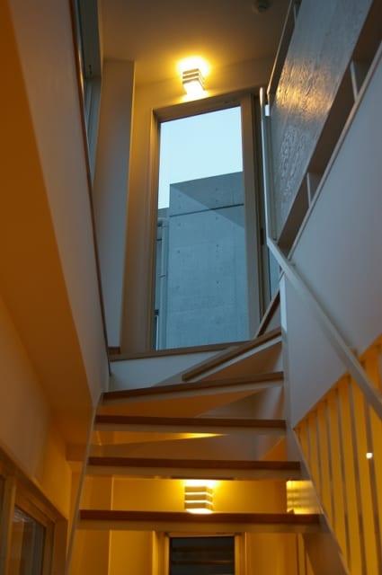 階段 手すり/階段まわり全体のデザインに自然になじませたホワイトの手すりは、「いかにも手すり、という感じを避けたかった」という植松さんのこだわり。さりげない工夫の積み重ねで、空間全体のデザインが上品にまとまっている