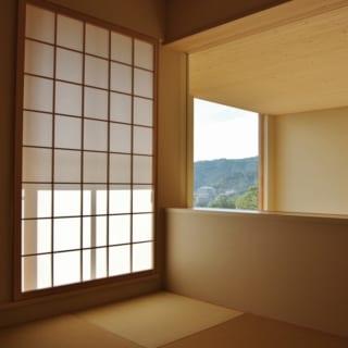 和室の引き戸を引きこむと、吹き抜けをとおしてリビングと一体感をもつことができる