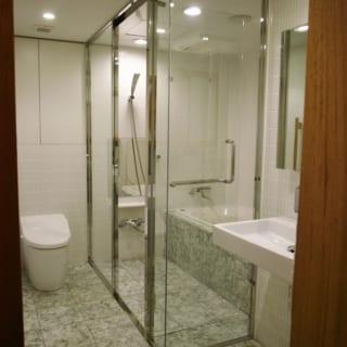 水廻りの床には、伊豆石を使用することで、さりげなく熱海のもう一つの家とのつながりを表現している