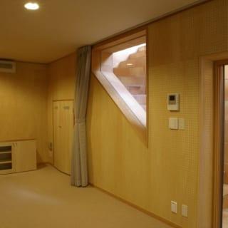 地階 オーディオルーム/心おきなく音楽や映画鑑賞を楽しめるオーディオルームは地階にあり、防音効果はばっちり。窓越しには光や風を届けるドライエリアが設けられ、地階とは思えないほど開放的で明るい
