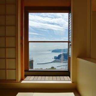 和室は3階になるため、さらに高い位置から海を眺めるかたちになる。右側の引き戸を締めれば落ち着いた空間だ