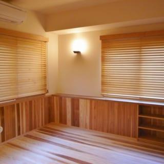 寝室など限られたプライベートエリアは、無垢のフローリングにして、パブリックな空間とはっきり区別した。床材が違うと雰囲気もまるで異なる