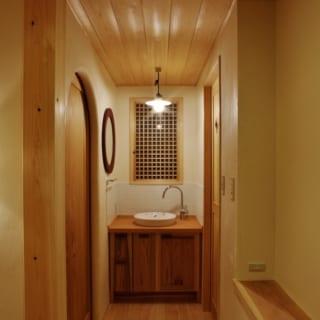 2階にも洗面スペースを設けた。前に住んでいた家で使っていた照明を活かしたデザインにしている