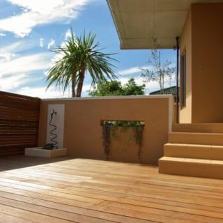 1階のウッドデッキテラス。海からの潮風が心地よい。植物を育てるのが趣味というご夫妻のため、周辺には植栽スペースも広く設けている