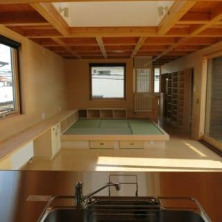 断熱材や窓に費用をさいたため内装はシンプルにしコストは最小限に。梁をそのまま活かすことで、低コストなだけでなく、天井の高さが確保でき、木の風合いも取り入れられるというメリットも生んだ。