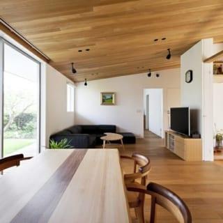 リビング・ダイニング/ゆったりと落ち着ける空間。日が落ちてダウンライトなどの照明をつけると、さらに雰囲気がいい。右手は北の庭に面した和室。床框は以前の家で使っていた木材で、床柱は細かな木目が美しい秋田杉を使用した。窓越しの緑と木のぬくもり、洗練された無駄のないデザインが何とも言えない心地よさをもたらす