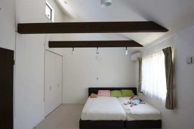 夏でも涼しく快適な寝室。照明をつけなくても充分、光が入り、明るさもちょうどいい。生まれたばかりのお嬢さんもぐっすり眠っている