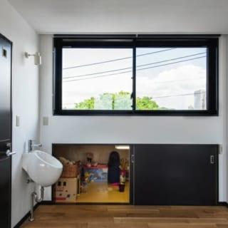 窓の下の収納は奥行き1,4m、高さ0,8~1,0mと屋根裏部屋のような大空間。収納スペースとしてはもちろん、子どもたちの格好の遊び場にもなっている。