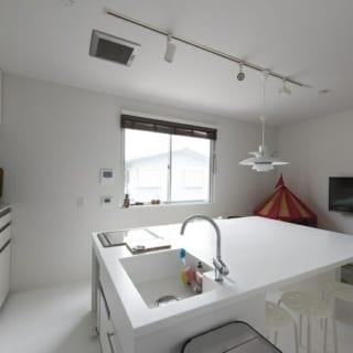 シンクやIH調理器は主張しないデザインで、ダイニングでくつろいでいても、キッチンの存在が気にならない。