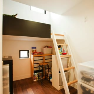 3.5畳の子ども部屋。下は作業スペース、上は寝場所となるロフトで構成。十分な明るさを確保するために、ロフトにも75cm四方の窓をつけている