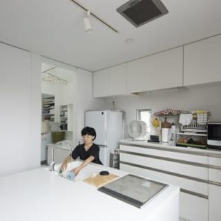 家のなかでも一番、明るい場所にあるダイニングキッチン。雨の日は1日中、2階で過ごすこともあるとか。