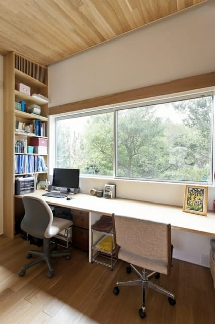書斎/寝室の先にある書斎。横長の窓一面に北の庭の緑が広がり、心癒される空間だ。リビング・ダイニングから寝室、この書斎まで、ぐるっと回遊できる間取りになっている
