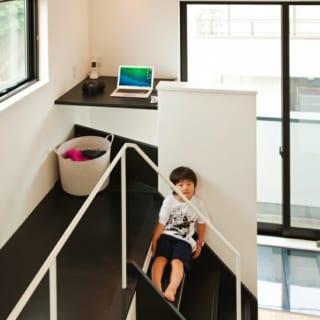 リビングとダイニングキッチンをつなぐスキップフロアの渡り廊下の一角に、パソコンが置ける小さな書斎スペースを設置。息子さんが小学生になったら勉強机にする予定