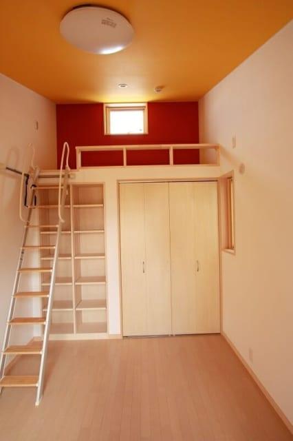 娘さんお気に入りのロフトがついた子ども部屋。娘さんの要望で、秘密のものを隠せる「隠し戸棚」も設置されている。