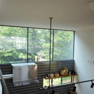 生活するにあたり、中心になるキッチンとダイニングに光を取り入れるための大きな窓