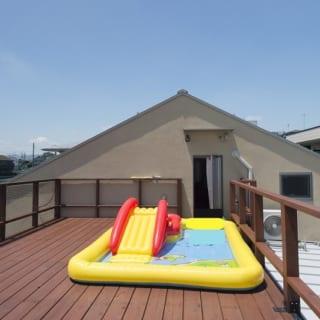 遠くまで見渡せるテラス。夏はプールに早変わり。子ども達が朝から「プールで遊びたい」とねだることもしばしば。