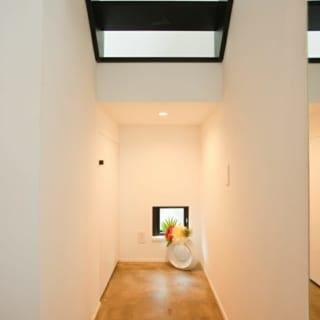 玄関扉を入ってすぐ右奥にのびる土間スペース。奥行きをもたせることで広さを錯覚させる