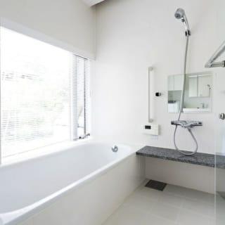 バスルーム/庭の緑を眺められるバスルームには手すりをつけた。夏は冷たく、冬は温かい地熱を家の中に吹き込む空気循環システムの効果で湿気がこもらず、毎日丁寧に掃除をしなくてもカビが生えないそう