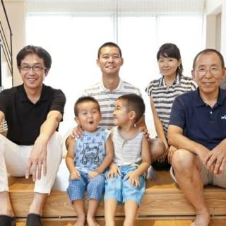 Aさん一家と角倉さん/設計開始から竣工までの1年半ほどの間、密にやりとりを重ねてきた。笑顔で近況報告をし合う様子からは、家という暮らしの大切な基盤を託し、任された、強い信頼関係がうかがえる