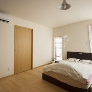 寝室も同じカバの床。ドアの向こうのウォークインクローゼットだけ、サクラにした。