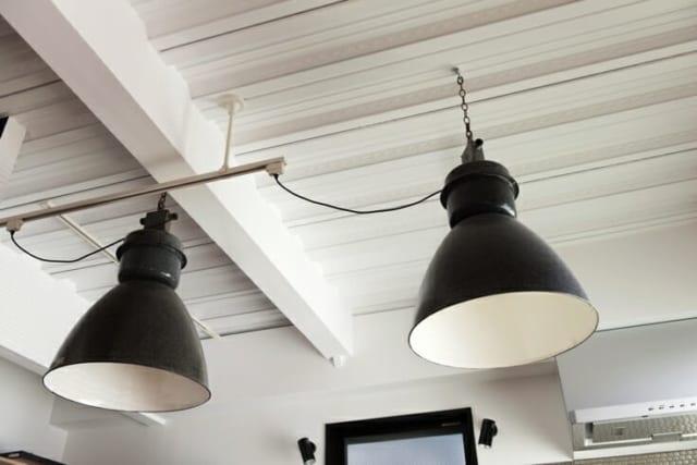 直径60cm、高さ70cmのヴィンテージ照明はオランダの倉庫で使われていたもの。さすが本物、鉄骨の構造材との相性は抜群だ。