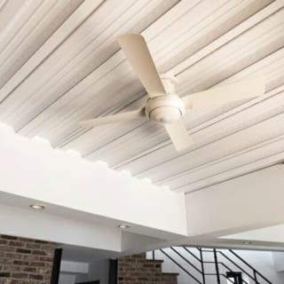 構造材をあらわしにした天井にシーリングファンを吊るし、レンガ倉庫の雰囲気を高めている。