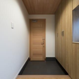 1階は、ガレージから直接入れる大きな倉庫、廊下奥に主寝室があるシンプルなつくりで、すっきりと落ち着いている。