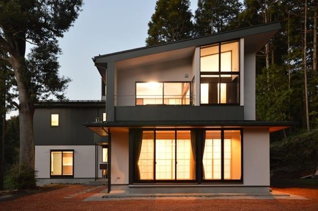 陽が落ちた後のS邸。家路をたどるご家族をあたたかな光が出迎えてくれる