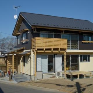 H邸全景。敷地面積約200㎡、延べ床面積約100㎡。木製のバルコニーがアクセントになっている
