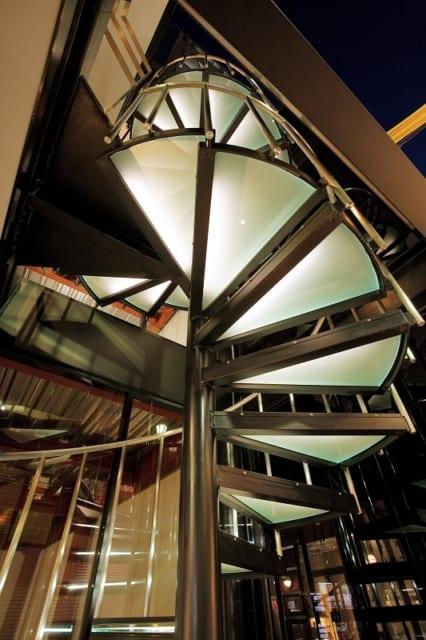 1階から見上げる「光る螺旋階段」。見た目に心地よい緑色で、発する光量も絶妙
