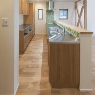 お気に入りのキッチン設備は、奥様自らメーカーを回って探し出した。タイルの配色の割合まで指定したこだわりようだ。