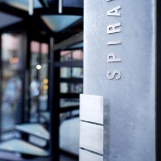 1階の出入り近くにビル名を表示。「SPILALE」はフランス語で螺旋の意味