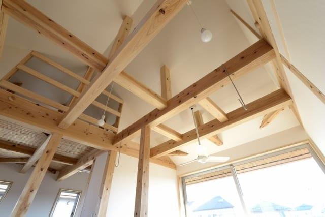 フリースペース上部の梁。家全体がこのように構造の見える状態になっている。施工する工務店にも丁寧な仕事が求められる