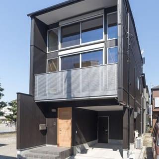 外壁はKさんのこだわりで、ガルバニウム仕上げの黒を基調としたモダンなデザイン。室内のナチュラルな雰囲気とのギャップが面白い。