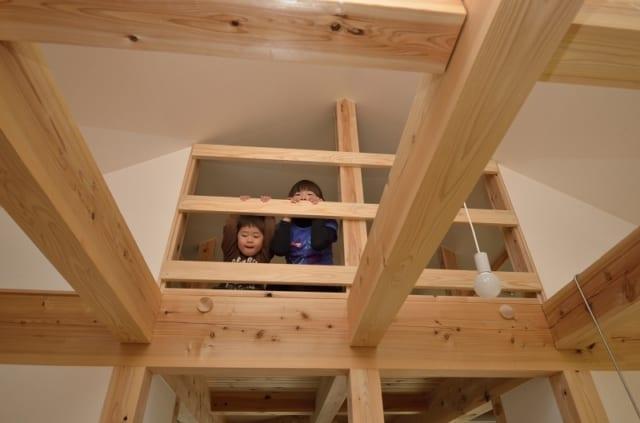 子ども部屋のロフトは、フリースペースのある階段室につながっている。思春期になったらふさぐことも可能だ