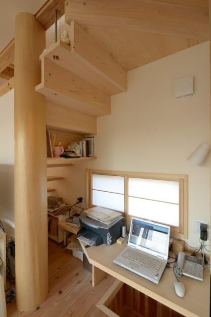 """1階のフリースペース。作り付けの簡単な棚があり、今はパソコンが置かれて""""家族の書斎""""のように利用されている"""