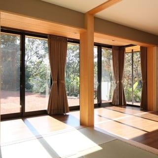 1階 茶の間~縁側/座敷から縁側を望む。ひと部屋ひと部屋はコンパクトだが、合わせると広間として十分活用できる。左右の障子が耐震壁に沿うように引ききられているのが分かる